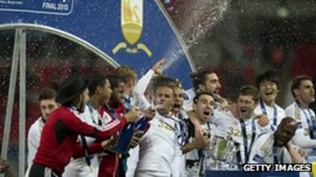 Swansea players celebrate winning Carling Cup Final 2013
