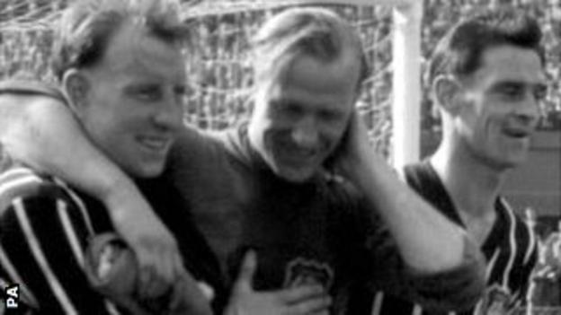 Bert Trautmann (centre) after the 1956 FA Cup final