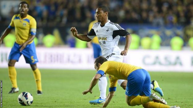 Jonathan de Guzman and his team-mates lose 2-1 in Romania, but go through to the group stages with a 6-3 aggregate win
