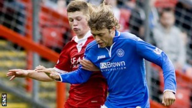 Aberdeen's Cammy Smith and St Johnstone's Murray Davidson both had good goalscoring chances