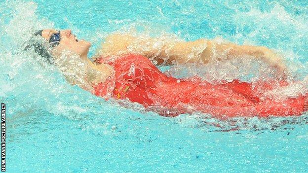 Georgia Davies on her way to 50m backstroke bronze in Delhi