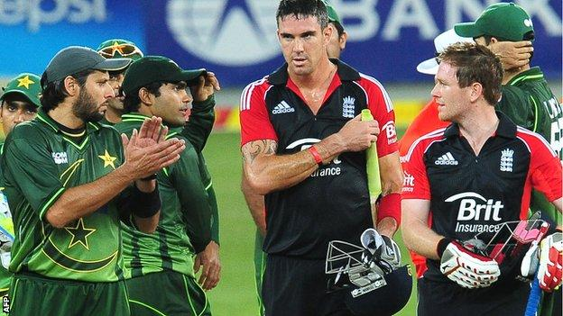 Kevin Pietersen is applauded from the field against Pakistan in 2012