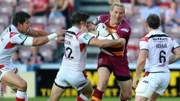 Eorl Crabtree takes on the St Helens defence