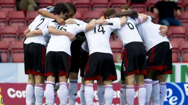 Aberdeen players engage in a huddle