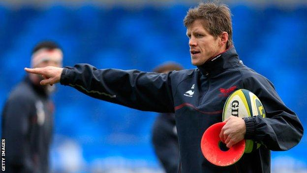 Simon Easterby directs a Scarlets coaching session