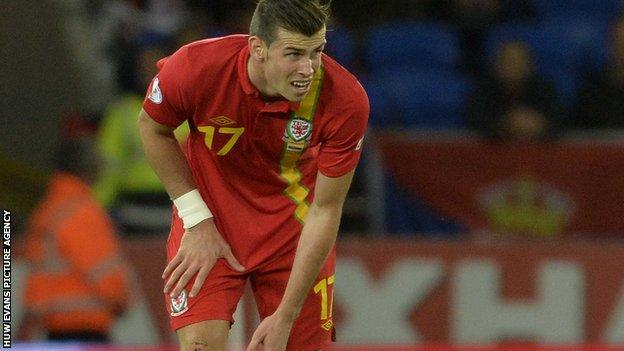 Gareth Bale holding his thigh