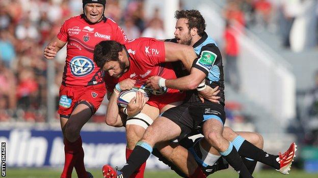 Daniel Rossouw of Toulon is tackled by Ruaridh Jackson and Byron McGuigan