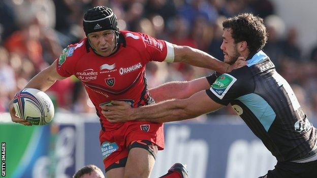 Matt Giteau of Toulon holds off Alex Dunbar