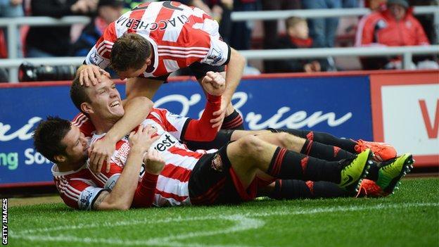 Craig Gardner (centre) celebrates giving Sunderland the lead against Man Utd