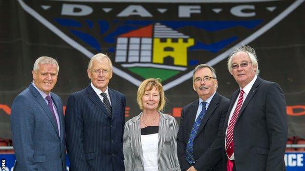 Dunfermline manager Jim Jefferies, Ian Hunter, Margaret Ross, Pars United chairman Bob Garmory and Jim Leishman