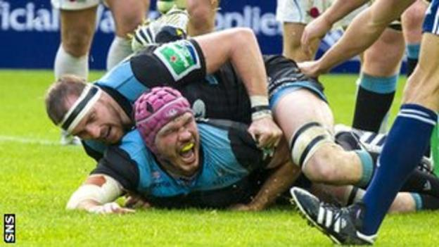Glasgow's Tim Swinson scores a try against Exeter