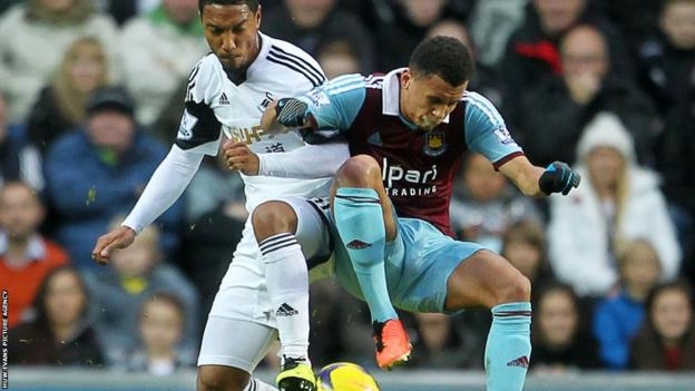 Jonathan de Guzman of Swansea City and Ravel Morrison of West Ham United compete for the ball