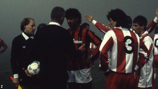 Frank Rijkaard and Red Star Belgrade defender Goran Vasilijevic