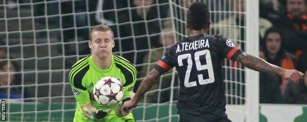 Bayer Leverkusen's goalkeeper Bernd Leno denies Shakhtar Donetsks Alex Teixeira