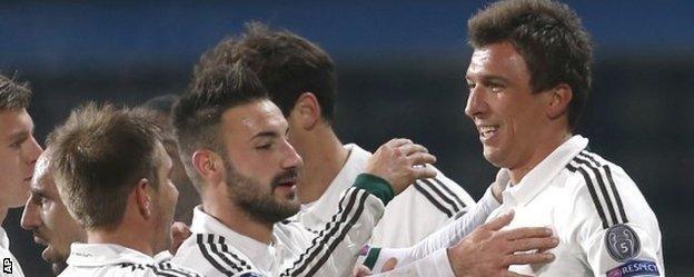 Bayern Munich celebrate Mario Mandzukic's winner against Viktoria Plzen