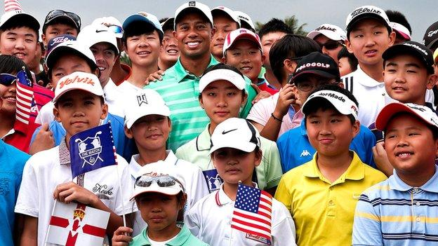 Tiger Woods with young Chinese golfers