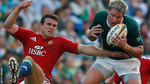 Jean de Villiers catches the ball under pressure from Jamie Roberts during the first test between South Africa and the Lions in 2009
