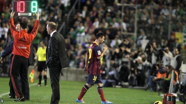 Barcelona's Lionel Messi goes off injured against Real Betis