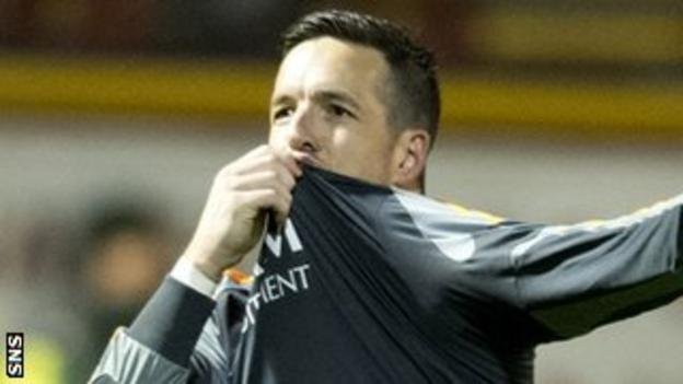Jamie Langfield kisses the Aberdeen badge