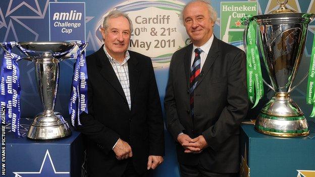 Gareth Edwards and ERC chairman Jean-Pierre Lux