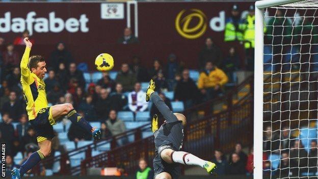 Emanuele Giaccherini misses a glorious chance for Sunderland