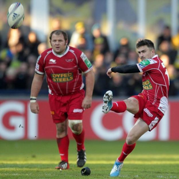 Jordan Williams kicks a penalty from half way for the Scarlets, but they go on to lose 32-11