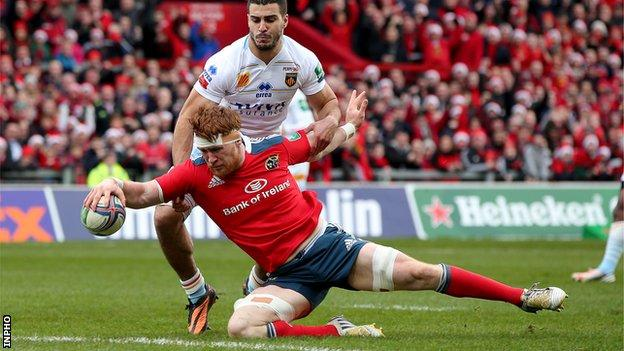 Sean Dougall is about to score Munster's first try at Thomond Park