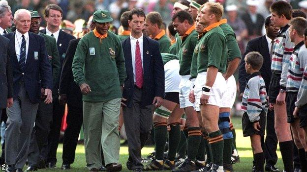 Nelson Mandela meets the South Africa team at the 1995 World Cup final