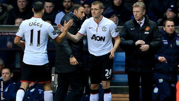 Manchester United midfielder Ryan Giggs is replaced by Darren Fletcher