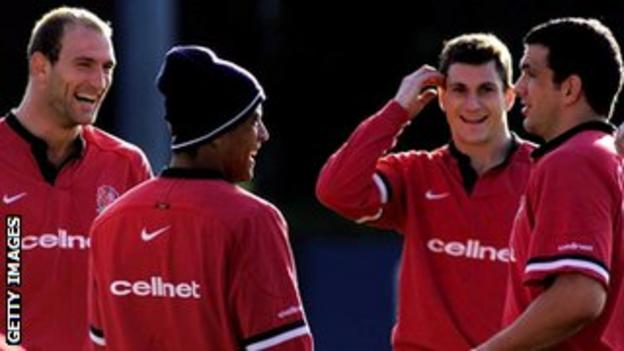 Jeremy Guscott training with England