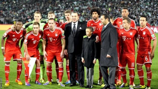 Morocco's King Muhammad VI (centre) poses for a picture with Bayern Munich players prior to their Fifa Club World Cup final match against Raja Casablanca, in the Moroccan city of Marrakesh