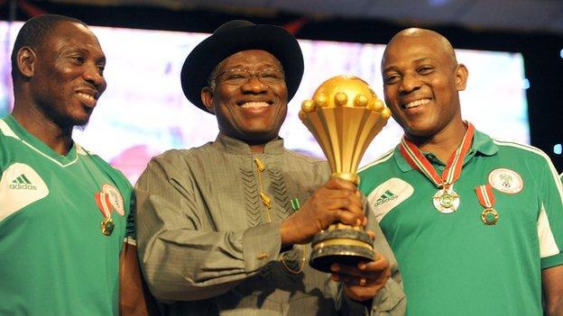 Nigeria assistant coach Daniel Amokachi (left) with President Goodluck Jonathan and coach Stephen Keshi