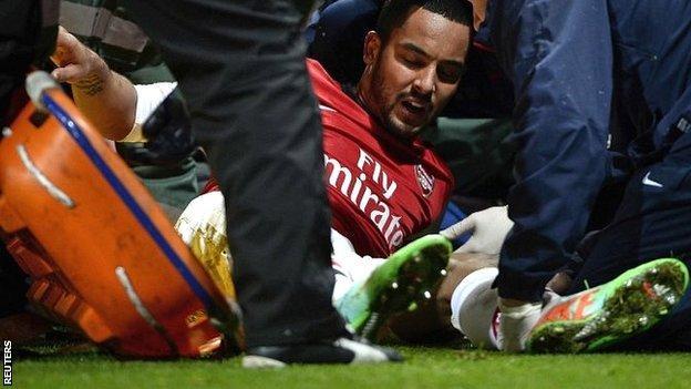 Theo Walcott injured against Tottenham