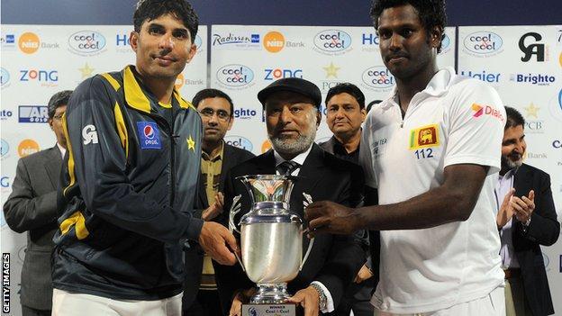 Pakistan captain Misbah-ul-Haq and Sri Lanka skipper Angelo Mathews with the Test series trophy