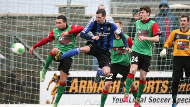 Armagh's Liam Cullen contends for the ball with Glentoran's Niall Henderson and Willie Garrett during the 1-1 draw