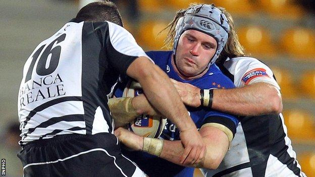 Zebre's Lorenzo Giovanchelli and David Ryan combine to halt Shane Jennings of Leinster