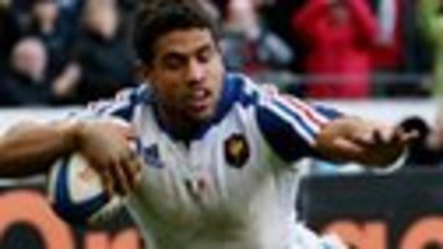 France centre Wesley Fofana dives over to score against Italy