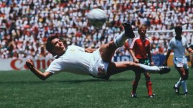 Manuel Negrete scores against Bulgaria