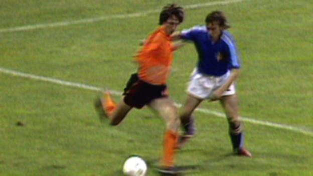 Johan Cruyff performs his amazing trick against Sweden