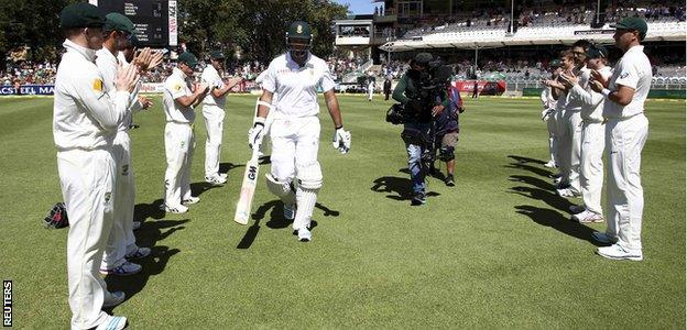 The Australian team formed a guard of honour as Graeme Smith walked out to bat for a final time