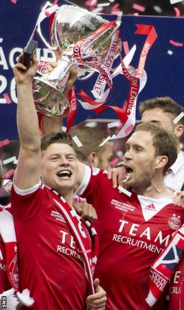 Aberdeen players celebrating with the Scottish League Cup