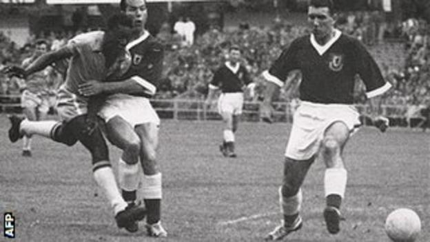 Pele in action against Mel Charles and Stuart Williams