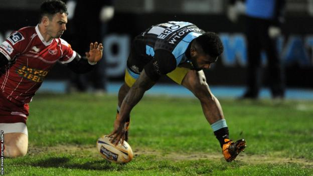 Glasgow wing Niko Matawala beats opposite number Jordan Williams to score a first half try in his side's Pro12 match against Scarlets at Scotstoun.