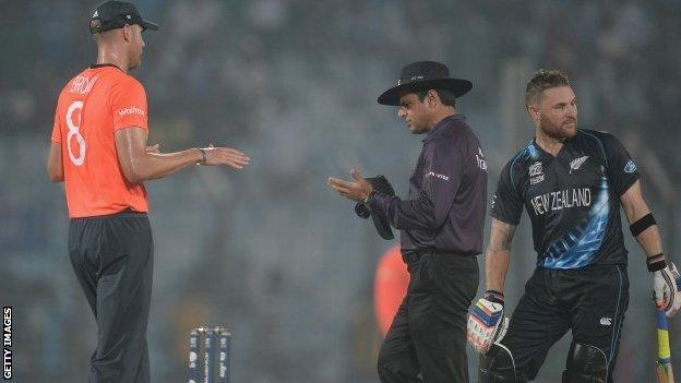 Stuart Broad speaks to umpire Aleem Dar
