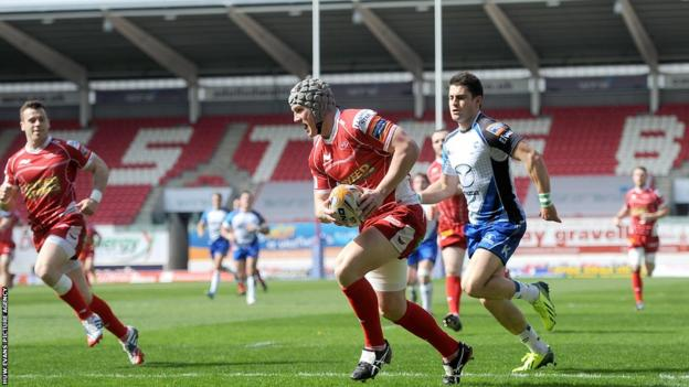 Jonathan Davies breaks away to give Scarlets an early advantage over Connacht in the Pro12 game at Parc y Scarlets