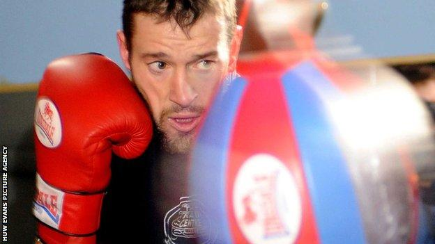 Enzo Maccarinelli working out with a punch ball