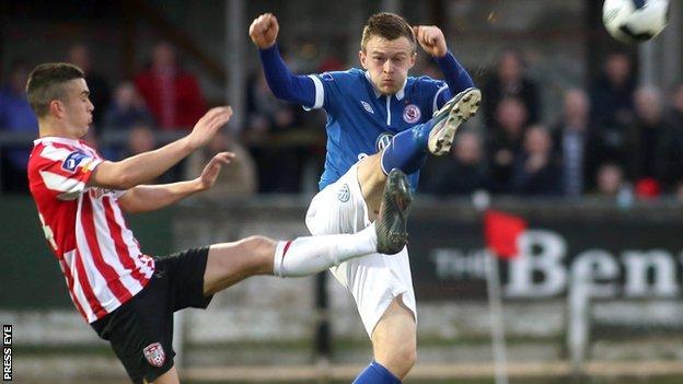 Derry's Enda Curran competes for possession with David Cawley of Sligo
