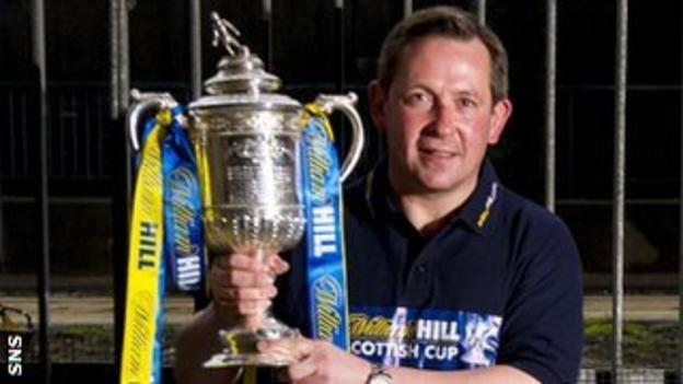 Billy Dodds with the Scottish Cup trophy