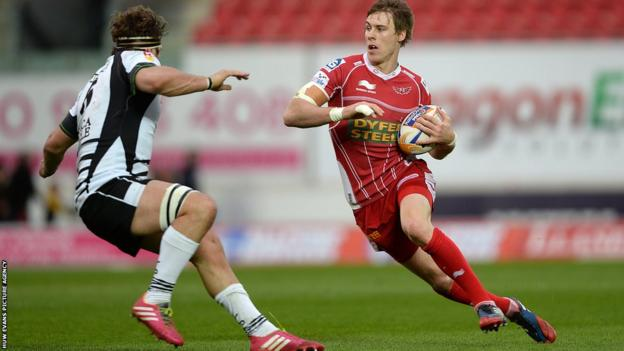 Liam Williams goes on the attack for Scarlets against Zebre in the Pro12