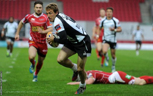 Giulio Toniolatti of Zebre beats Jonathan Davies to open the scoring for Zebre against Scarlets in the Pro12
